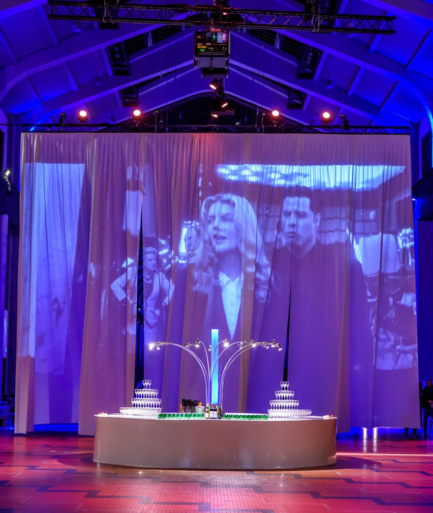 Projection de film sur un rideau par Options Décoration