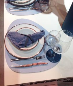 Vaisselle sur une table sans nappe au salon maison et objet